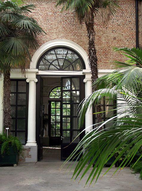 Kapucijnenvoer 30. De Kruidtuin is de oudste botanische tuin van België en dateert van 1738. Open van 8 tot 20 uur en op zondag van 9 tot 20 uur. Gratis toegang.