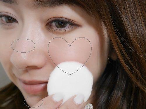 """■""""ハート塗り""""チークで血色肌に  友里ちゃんみたいな愛され顔になるためには、頬に血色感が必要♡ ローズピンクのチーク(4)を""""ハート塗り""""。 二つ折りにしたパフの先端で適量とり、手の甲で軽くなじませます。 笑ったときに盛り上がる位置に、顔の内側に向かってハートの片側半分を描くようにすべらせ、次に外側に向かってもう片側を描いてハート型を作ります。 少し上めにのせると、頬を赤らめているような今っぽい仕上がりに。"""
