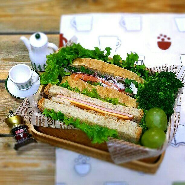 旦那さんの朝ごパン弁当♪ サーモン&紫玉ねぎのマリネ 蒸し蓮根とハムチーズのサンドイッチ ブロッコリー マスカット おはようございます♪ 今日は私は半日仕事して午後から職員旅行で長野へ\(^o^)/ 楽しみです♪ - 60件のもぐもぐ - 旦那さんの朝ごパン弁当♪ by kyuja