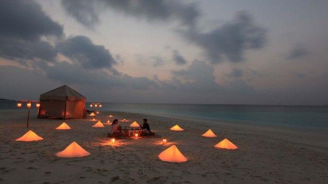 Witte stranden, diner bij kaarslicht, champagne picknicks, en de heldere golven van de oceaan - het is allemaal van jou. Spendeer de nacht op een zandbank op de Malediven!