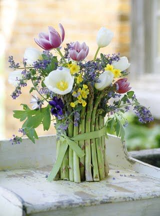 DIY Artful Asparagus by yourcozyhome: Asparagus is the vegetable of the season right now and it looks beautiful combined with flowers from your spring garden. (When the flowers pass on, you can cook up the aspargus!) #Flowers #Asparagus