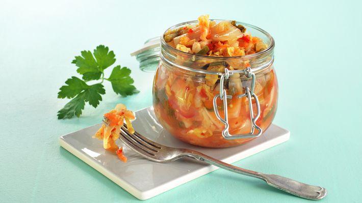 Kimchi består av fermenterte grønnsaker, ofte med kinakål som hovedingrediens. Tradisjonelt ble kimchi lagret i keramikkrukker som ble gravd ned under bakken. I dag holder det lenge med et stort glass med lokk. Kimchi bør stå i ca. to uker for å utvikle den fermenterte smaken, men klarer du ikke vente så lenge kan den også spises allerede etter to dager.