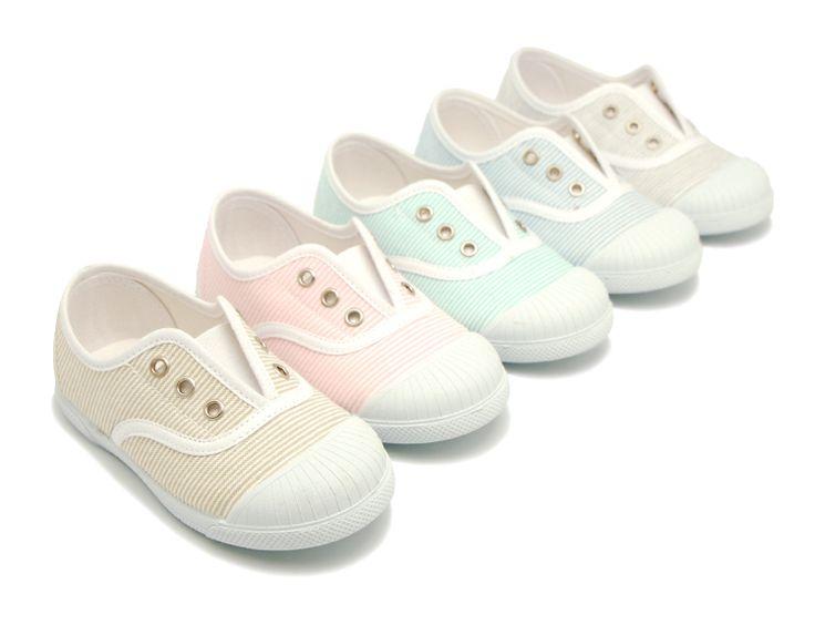 15'50€ Tienda online de calzado infantil Okaaspain. Zapatilla de lona con cordones y estrellas. Calidad al mejor precio hecho en España.