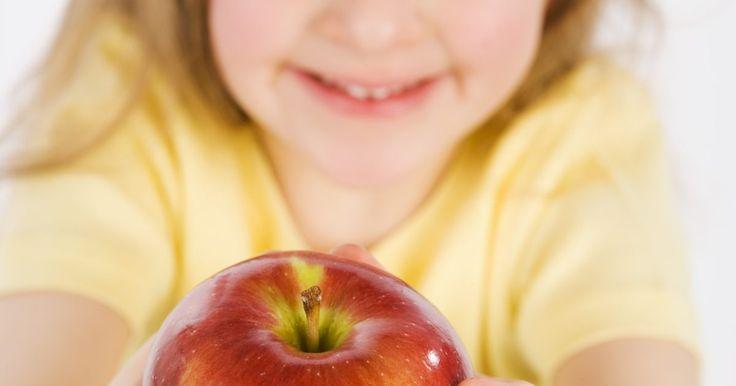Temas de jardín de infancia para enseñar sobre las manzanas. Abarca distintos aspectos del tema de manzanas realizando actividades, manualidades y eventos que enseñen acerca de los saludables beneficios de éstas o de los tipos de manzanos. Crea un amplio plan de lecciones que ocupe toda la semana y realiza lecciones de una categoría distinta cada día. Por ejemplo, puedes enseñar a los niños acerca de los ...