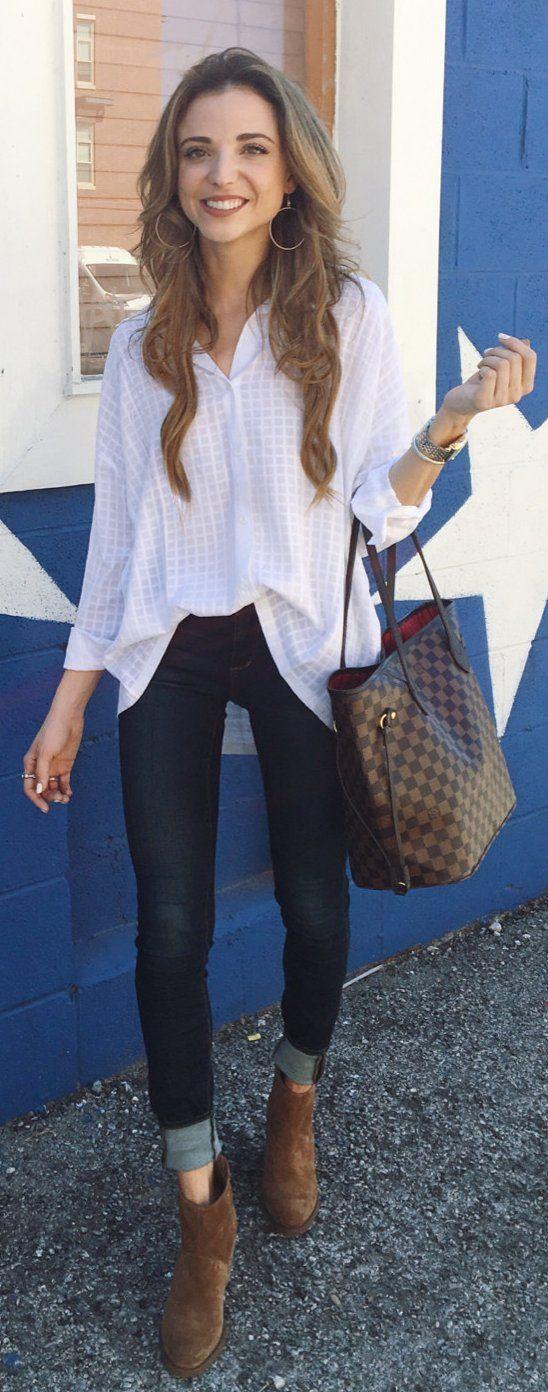 #outfits #cute impreso blanco camisa / oscuridad Vaqueros ajustados / botines de gamuza marrón / Brown pieza de equipaje de mano