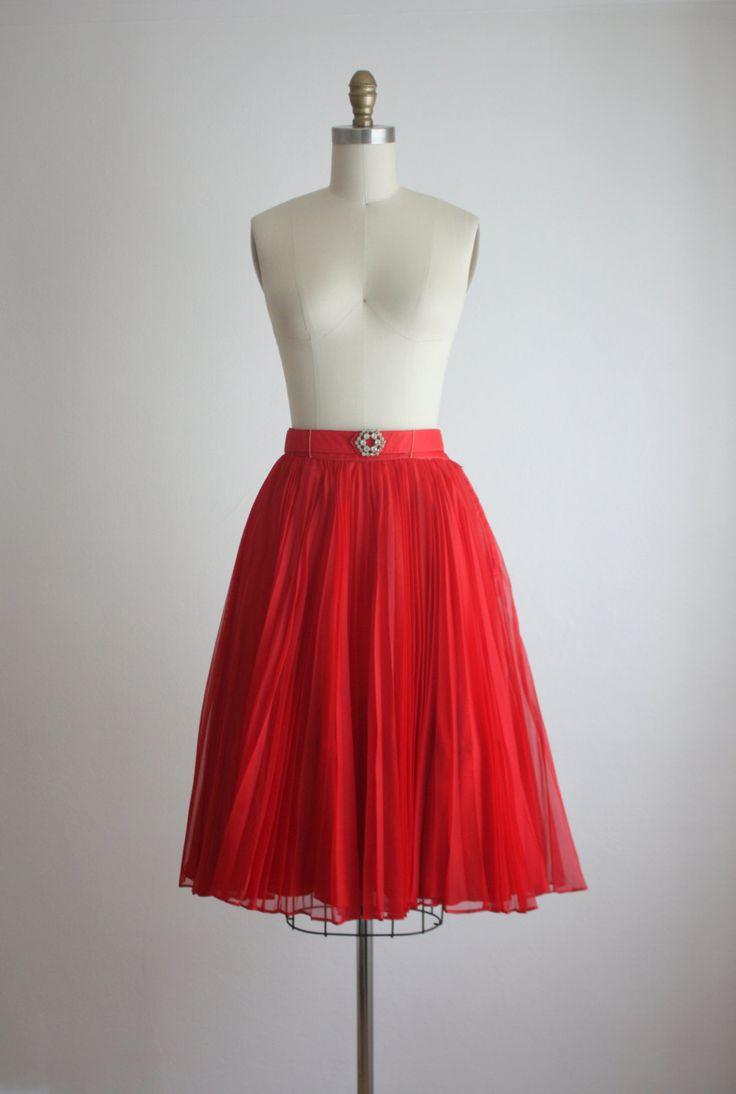 Vintage jaren 1950 rok volledige cirkel in een pleated chiffon met een gesp met strass. Metalen zip en haak en oog-sluiting.  Materiaal: chiffon