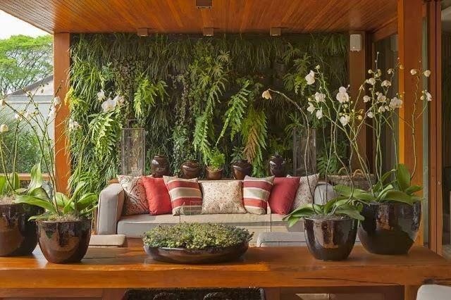 Uma parede-jardim para aumentar o aconchego! #decoração #espaçozen #relax #plantas #jardim