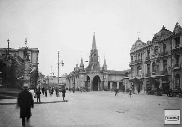 La iglesia que se ve es la de las Carmelitas, que estaba en Carmen con Alameda. actualmente allí está Diagonal Paraguay. Fue destruida cuando se amplió la Alameda.