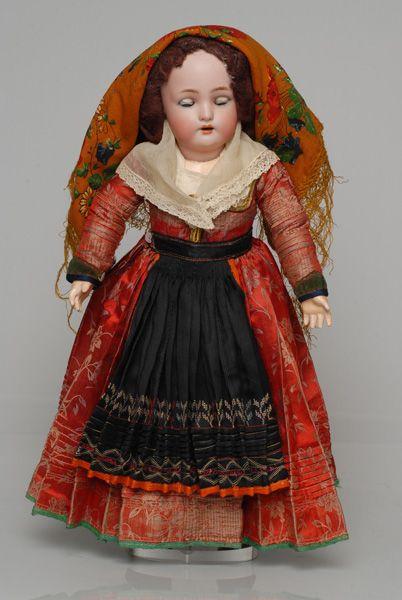 Πορσελάνινη κούκλα από τη συλλογή της βασίλισσας Όλγας ντυμένη με τη γυναικεία, γιορτινή φορεσιά της Λευκάδας
