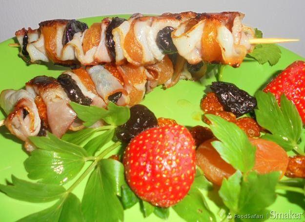 Szaszłyki owocowe z boczkiem i śliwką suszoną