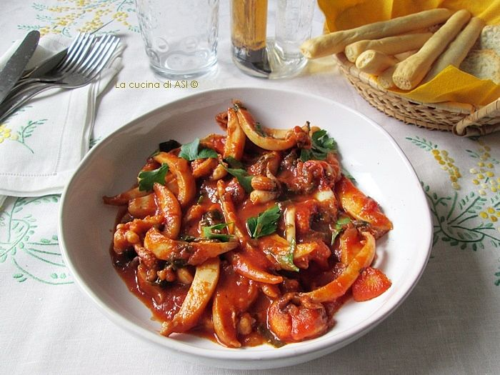 Le seppie alla veneziana sono un piatto famoso delle città lagunare il cui condimento è fatto utilizzando anche il nero Ricetta seppie alla veneziana