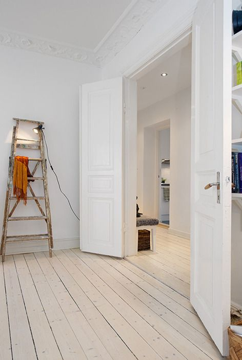 i'm normally not a fan of white rooms, but the white floor makes the whole thing look very appealing.