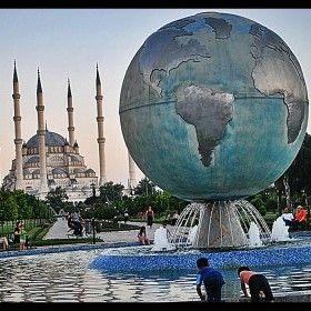 http://www.facebook.com/fotokritik Adana Merkez Park Sabancı Merkez Camii Ve Park Içerisindeki Dünya Maketinden Bir Kare.. Iyi Seyirler..