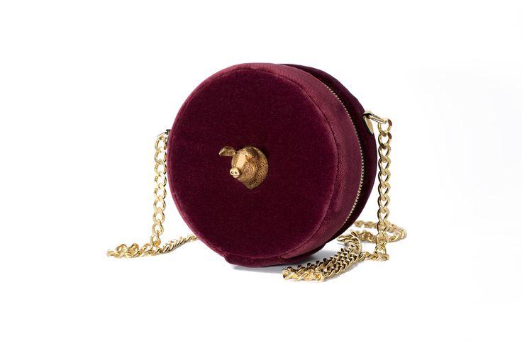 . Bolso 15cm x 8,5cm con cremallera metálica. Cadena larga de latón dorado. Terciopelo 100% algodón______________________________. 6in x 3,3in bag with metal zipper. Golden brass shoulder chain. 100% cotton velvet