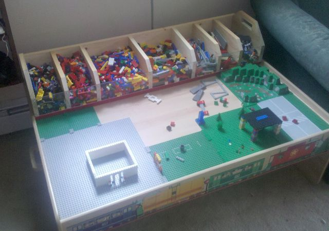 Lego table... great idea! Love the compartments on the table and separate vs. under the table in binnies