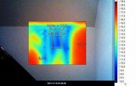 Widok połaci dachu od wewnątrz niebieski kolor to widoczne braki w izolacji dachu nie widoczne gołym
