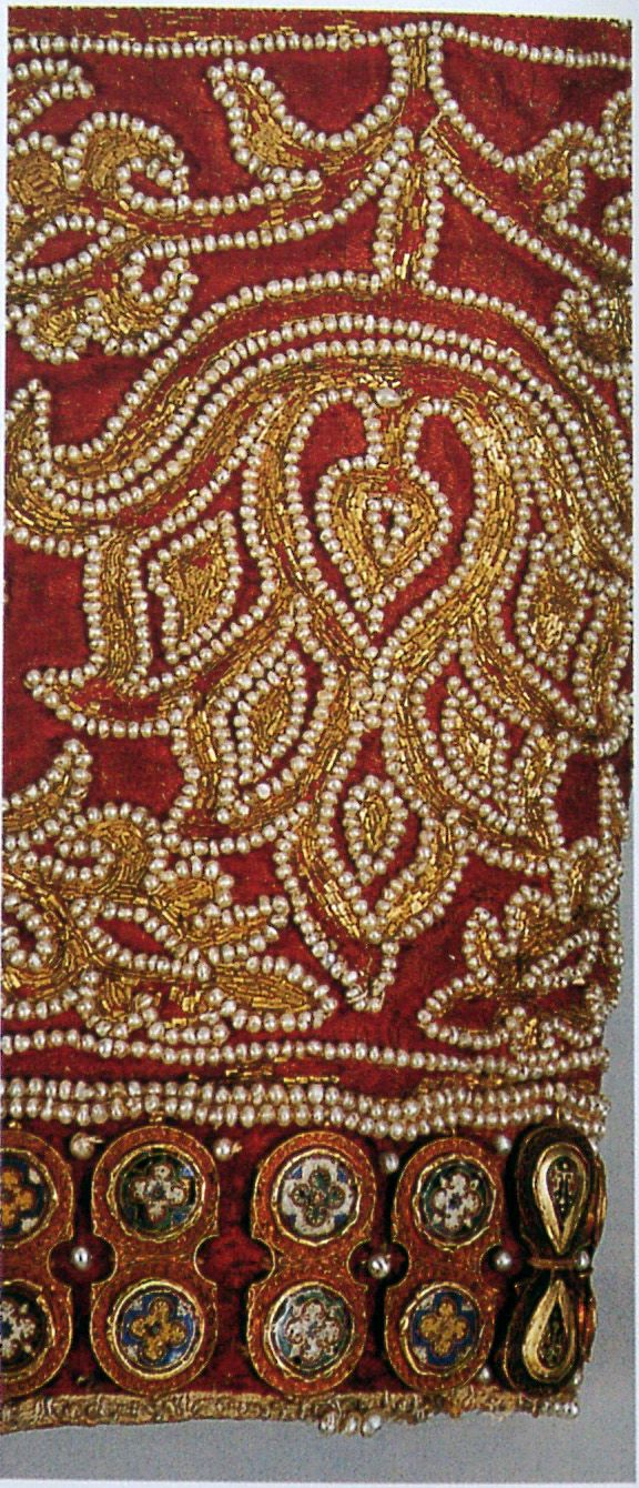 12th century extant embroidery  http://www.hochmittelalter.net/Wissenswertes/Kleidung/03130010.JPG