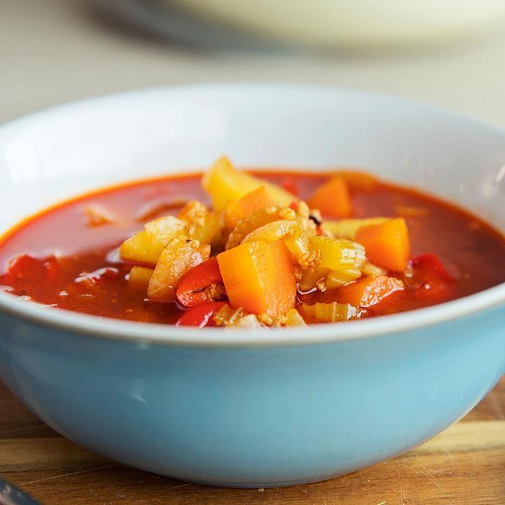 Ungarsk gulasj lages vanligvis med langkokt storfekjøtt. Denne versjonen av gulasj inneholder svinekjøttdeig, og er lynrask å lage.