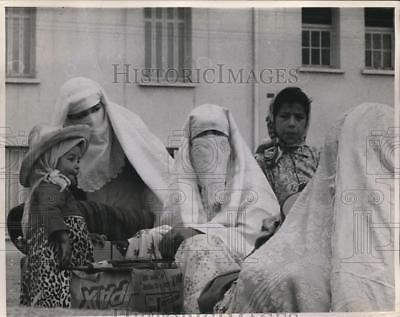 1962 Press Photo Veiled Algerian Women just crossed the border, Oujda, Morocco