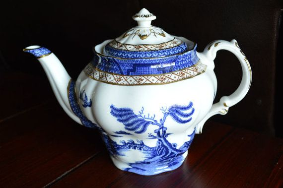 Royal Doulton Booths Real Old Willow Teapot from The Majestic Collection. This is a beautiful blue and white Real Old Willow Teapot in great condition with no chips or cracks. There is some very minimal wear to the gold around the mouth of the pot. The teapot comes complete with
