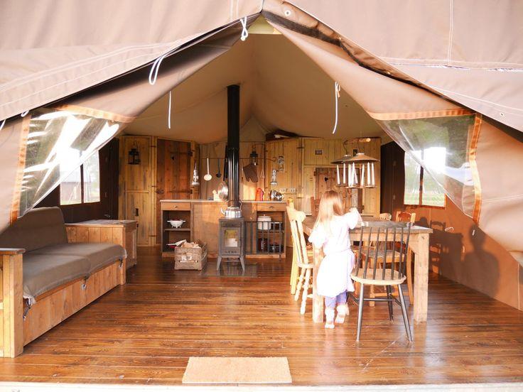 Genießen Sie einen nachhaltigen Familienurlaub auf dem Bauernhof in einem gemütlichen WiesenBett Lodge Zelt oder einer Log Cabin, einem Ferienhaus aus Holz.