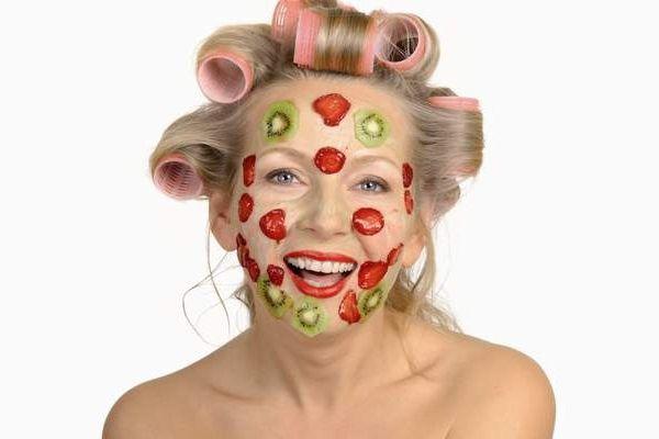 Тонизирующие маски, особенно для лица, подходят для всех типов кожи и являются очень эффективными для кожи, склонной к старению. Все описанные маски приготовляются в домашних условиях и проверены временем и людьми их использующими. Маска №1. Шпинатная. Для маски необходимо иметь шпинат или можно использовать щавель, листья бузины и сделать из листьев кашицу в размере большой столовой ложки. Её готовят, как не банально в обычной мясорубке. Я использовала соковыжималку, и сок смешивала с…