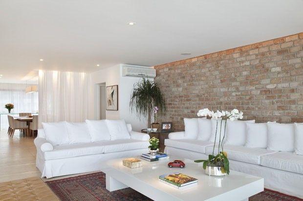 Apartamento com móveis claros e confortáveis (Foto: Denílson Machado, MCA Estúdio / Divulgação)