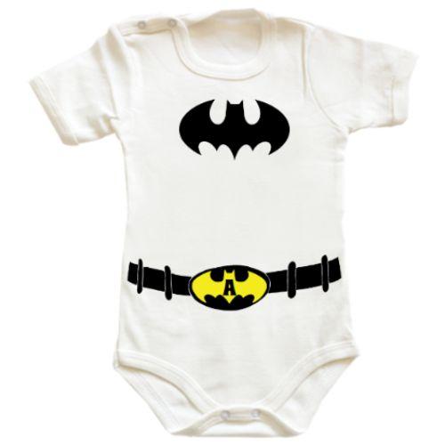 Body bebe Costum Batman    Fiecare bebelusa sau bebelus poate fi Batman cu acest design. In plus, puteti scrie initiala ei sau lui pe centura.