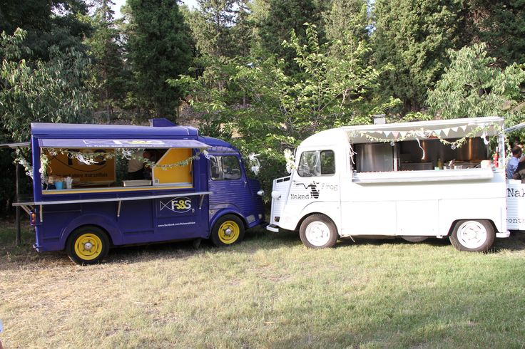 Un food truck poisson (bleu) un food truck viande (blanc)