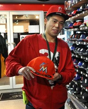 【新宿1号店】 2013年2月3日  ご購入いただいたマイアミ・マーリンズのキャップでパチリ!    ロドリゴ様♪    私もオレンジの似合う男になりたいっス\(^o^)/