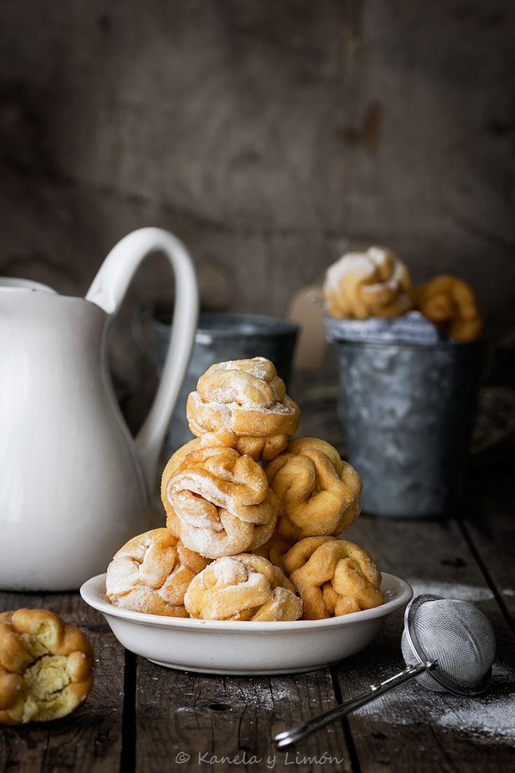 Schneeballen. Bolas de nieve. (Carnaval).      Schneeballen o bolas de nieve, es una elaboración de pastelería, originaria de Alemania y popular por carnaval, cuyo nombre deriva por ...