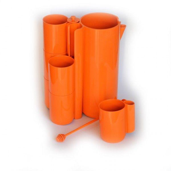 <p>Très beau service à orangeade vintage Set=9, composé de 9 pièces: 1 pichet, 6 gobelets et 2 agitateurs en plastique orange, marqué France, design jean-Pierre Vitrac, année 70 . On aime son côté pratique, très seventies et représentatif du design de ces années là.</p>