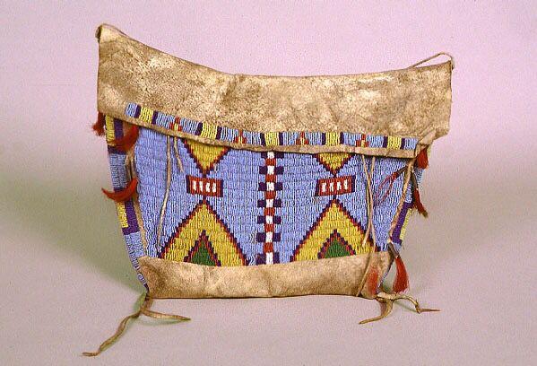 Седельная сумка, Арапахо. Период 19-20 век. Дар Mrs. Edward H. Angle.  Седельные сумки, свисали с седла по обе стороны лошади, и после перевозки вешались в типи, для хранения одежды и предметов домашнего обихода. Однако, замысловатые украшения этой сумки заставляют предположить, что в ней хранились магические или священные предметы. Арапахо были весьма религиозны; их ежедневные действия и предметы с бисерной вышивкой, были полны символическим смыслом. Pomona College Museum of Art.