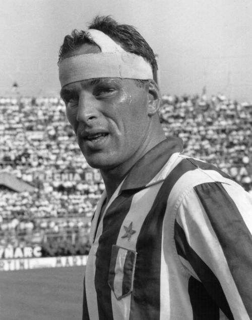 Non so bene a quando risalga questa epica immagine di John Charles, ma su YouTube si può trovare il video di un Juventus-Fiorentina del 12/11/1959 in cui il gigante gallese andò a sbattere violentemente con la testa contro un palo, ma come se nulla fosse, riprese a giocare.