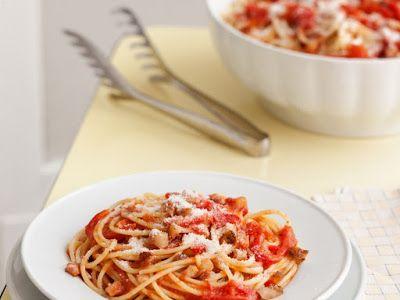 Spaghetti all'amatriciana, prato típico da cidade de Amatrice, província di Rieti, região do Lazio, uma das cidades que mais foi destruída pelos últimos terremotos na Itália. É uma massa de gosto forte e marcante que leva ingredientes como tomate, guanciale (bochecha de porco) e queijo pecorino fresco.