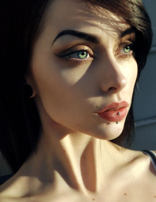 Love the makeup.. dramatic brows, elongated cat's eye... smoky brown finish x