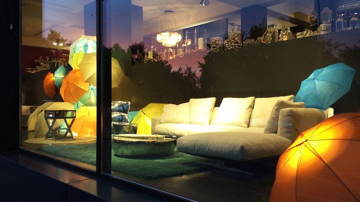 Retail: Farbspiel In den Schaufenstern des Design-Möbelhauses Colombo la famiglia hält der Herbst Einzug: auffallend und farbig leuchtend wie der Herbst werden die Ausstellungs-Stücke in Szene gesetzt.