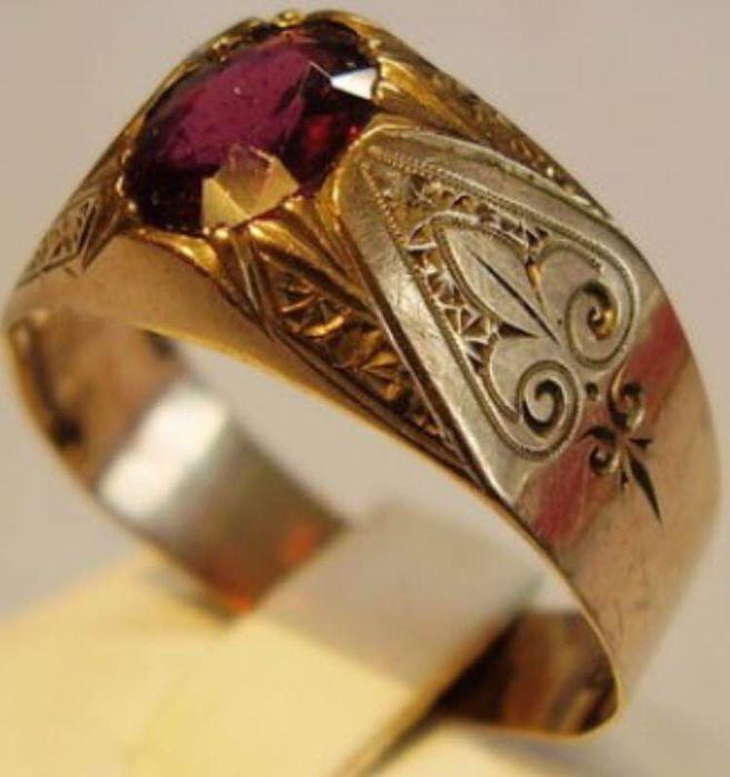 Antieke gouden ring voor mannen 333 goud deze ring is gemaakt rond 1860-1880 in Bohemen.  333 geel goud = 8 kt ringmaat 61 = 202 mm gemaakt rond 1860/80De antieke ring is gemaakt van 333 = 8kt rose goud en hallmarked als zodanig. De ring is gemaakt om een brede band-ring en is ingesteld met een ovale gefacetteerde bloedrode Boheems granaat. Het hoofd van de ring evenals de ring schouders zijn ornamentally met de hand gegraveerd.Ring maat 61 = binnendiameter 202 mm ring hoofd 193 x 97 mm…
