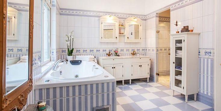 Vidéki romantika egy kék és fehér fürdőszobában