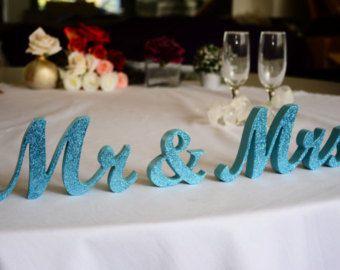 Herr & Frau Hochzeit Tisch Zeichen schneiden aus Sperrholz 3/4 nicht bemalt oder lackiert in jeder Farbe!  Das Schild ist aus 3/4 Sperrholz geschnitten und kommen auf 3 Elemente: Herr & Frau SIE wählen die Größe wählen Sie aus derGröße & FINISHdie Dimensionen des Zeichens, die Sie brauchen - 4 bedeutet, dass M hoch 4- Dies ist ein kleinen Zeichen - 5 ist die Größe der meisten vorzuziehen, dies ist das Zeichen der Normalgröße - 6 Zeichen ist ein großes Schild - 7 ist sehr große Zeichen können…