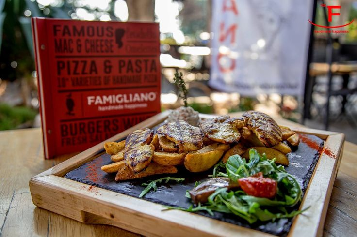 Ινδονησιακό κοτόπουλο σχάρας - στήθος κοτόπουλο σχάρας, μαριναρισμένο με αρωματικά και κάρυ. Συνοδεύεται από πατατοδέρματα και sause γιαουρτιού δυόσμου. Μπορείτε να κάνετε την παραγγελία σας online www.famiglianodelivery.gr ή με ένα τηλεφώνημα στο 2310254477 #famigliano #handmade_happiness #εστιατόριο #Λευκός_Πύργος