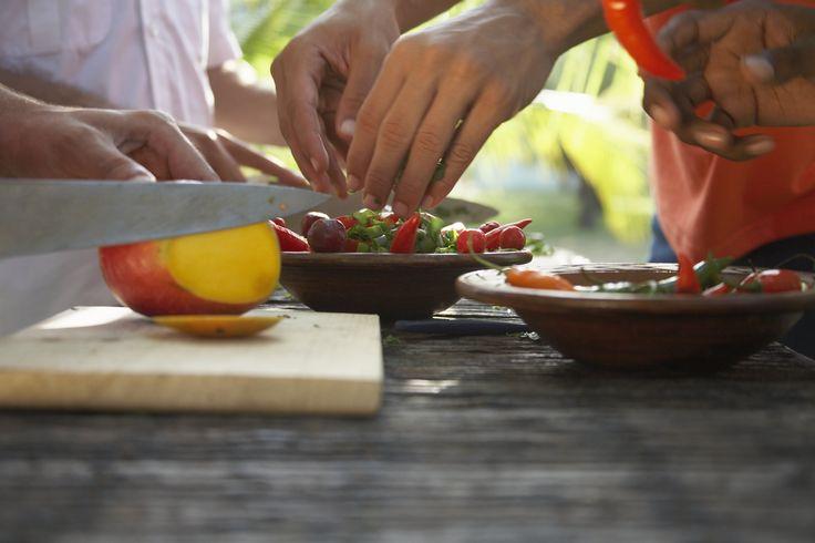 Consejo No.2: utiliza tablas diferentes para cortar cada tipo de alimento. Puedes diferenciarlas con colores.