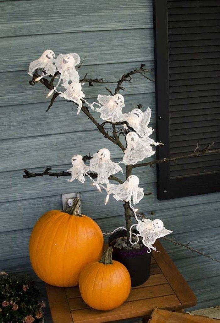 Дерево с привидениями на Хэллоуин