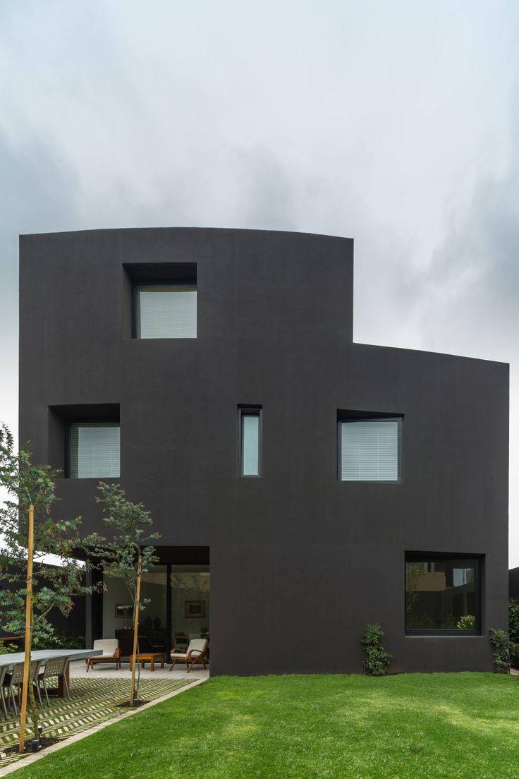 """¿Qué es el estilo Bauhaus? Es una escuela fundada por Walter Gropious en 1919 en Alemania que revolucionó el diseño, las artes y la arquitectura. Bau quiere decir construcción, Haus, significa casa.Bauhaus se basa en el concepto """"el último objetivo de toda actividad creativa es la construcción"""", y consiste en crear espacios para una vida más humana, conectarse con su individualidad. Con el surgimiento de esta escuela, se empiezan a construir casas y edificios con materiales económicos y…"""