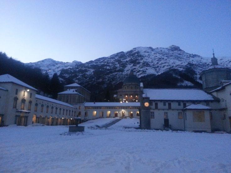 Santuario di Oropa, chiostro della basilica Antica #neve #snow #chiesa #church #Madonna #montagna #mountain