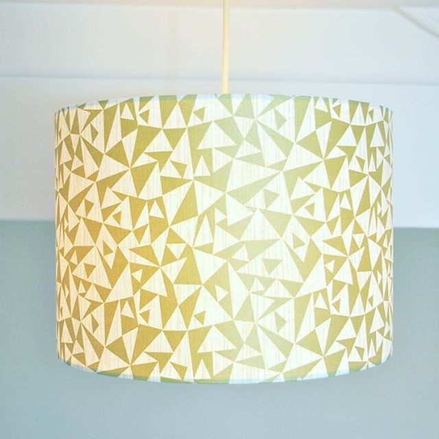 This is the twin sister to the black and gold lampshade in the previous post! Isn't she a beauty! 🌟 So gold and sparkly - perfect for this season 💫 🌟 Find her in the Etsy shop - link in the bio👆🏻