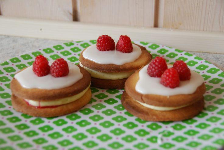 Medaljer med hindbær er en skøn kage til søndagskaffen. Denne opskrift er med hjemmelavet hindbærmarmelade, dejlig flødecreme og glasur og friske hindbær på toppen – en ren medalje. Medaljer …