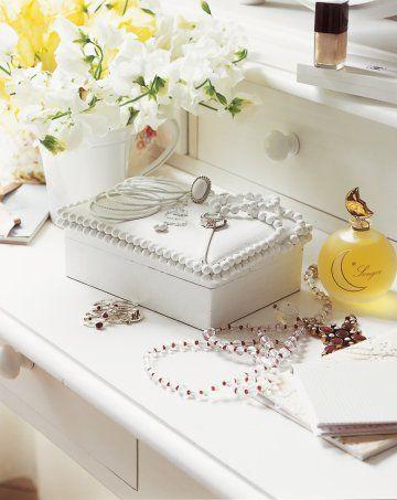 Une boîte à bijoux décorée de breloques