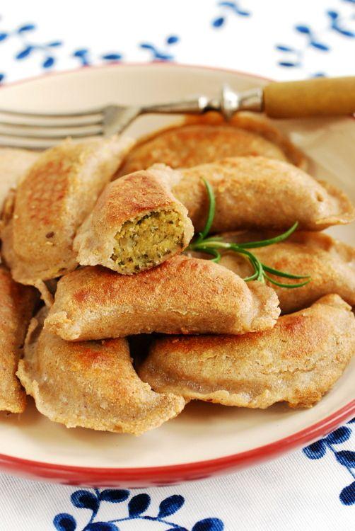 Bezglutenowe wegańskie pierogi gryczane zciecierzycą ijarmużem / Gluten free & vegan buckwheat whole grains dumplings stuffed with chickpeas and kale
