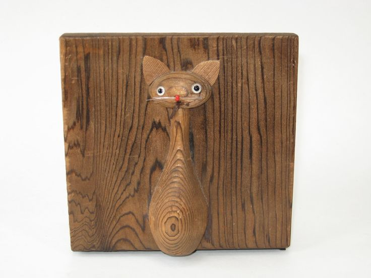 """форзац оживляется кошки статуэтки в датском стиле модерн Кей Bojesen, Ханс Боллинг и Лауридс Lonborg, вырезанная из криптомерия дерево (японский кедр), который имеет очень даже, выраженный зерна. Горные хребты между кольцами дает ему красивую текстуру, а также имеет несколько строк полимерной нити для усов. Этикетки золотой фольги на спине надпись """"OMC Японии.""""Размер: 4-7 / 8 """"квадрат, 3-3 / 4"""" глубоко"""